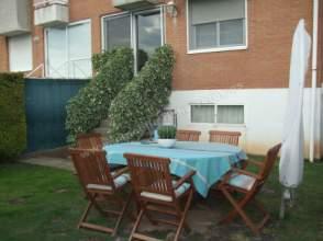 Casa adosada en venta en Avda. de Madrid Reformada.