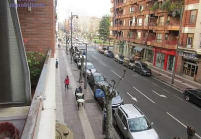 Pis a Avenida de la República Argentina, prop de Calle de Huesca