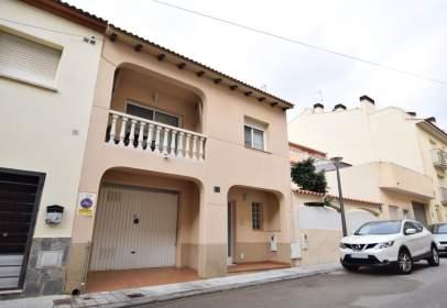 Casa adossada a Carrer de Calaf, prop de Carrer del Guadiana