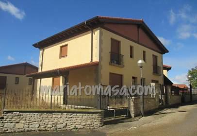Casa adosada en calle Villalba de Losa