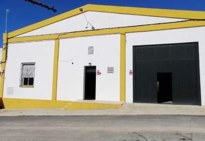 Nau industrial a Avenida de la Fuente de las Piedras, prop de Avenida de Belén