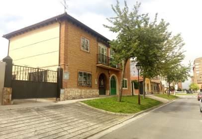 Casa adosada en calle Condesa Mencía
