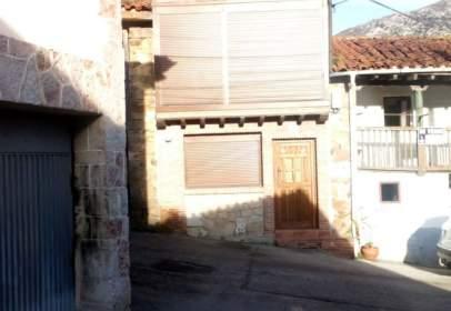 Casa pareada en calle Peñamellera Baja