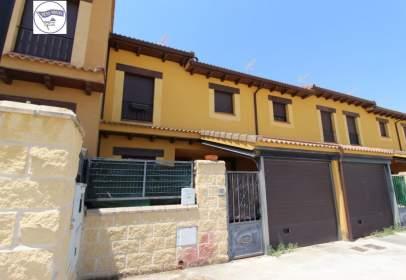 Casa adossada a calle Barriales