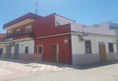 Xalet a Avenida Torres Quevedo, prop de Calle Saavedra Fajardo