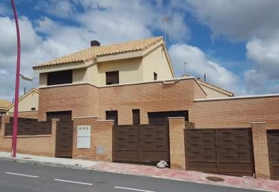 Casa adosada en Avenida Castilla La Mancha, nº 15