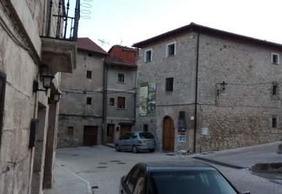 Casa adosada en Plaza de los Mártires, nº 3