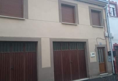 Casa adosada en calle Fernando León II, nº 10